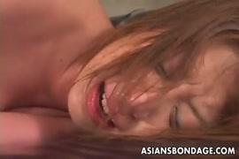 Une asiatique excitée se fait baiser à fond et se fait couvrir la chatte de sperme.