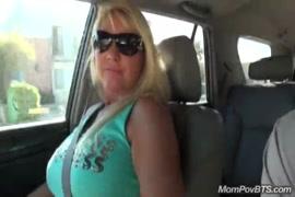Grosse poitrine et baiser avec une fille à gros seins.