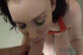 Une adolescente rousse au cul bouffi se fait bouffer la chatte et se fait asperger de crème.