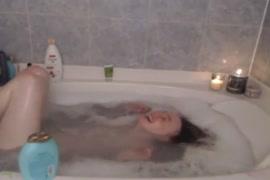 Une jeune fille me montre sa chatte dans le bain.