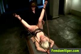 Une salope blonde bien foutue bâillonnée et attachée avec un strapon.