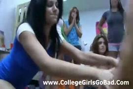Une étudiante excitée baisée par un mec plus âgé en public.