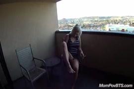 Elle se masturbe dans des toilettes publiques et jouit pour moi.