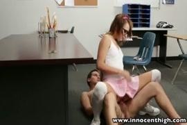 Une étudiante excitée se fait baiser dans la classe.