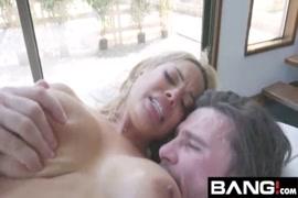 La salope latina sexy avec un énorme cul devant la webcam.