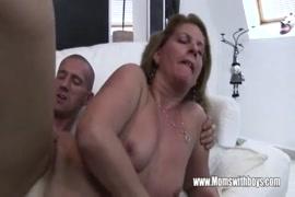 Le beau-fils excité baise sa belle-mère avec un sperme chaud.