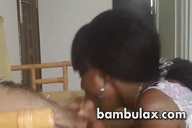 Une adolescente excitée prend du sperme épais dans sa bouche.